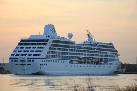 Velsen, Paesi Bassi - 15 giugno 2017: Nautica - Oceania Cruises sul Canale del Mare del Nord verso il terminal delle crociere di Amsterdam Archivio Fotografico - 80457404