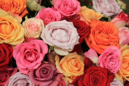 Rosas coloridas de la boda en una decoración floral de la boda