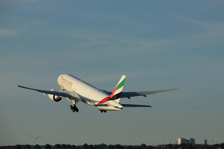 アムステルダム (オランダ)-2017 年 6 月 1 日: A6 EFD エミレーツ航空ボーイング 777F Polderbaan アムステルダムのスキポール空港の滑走路から離陸 報道画像
