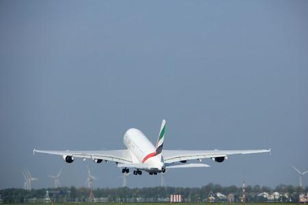 アムステルダム オランダ - 2017 年 5 月 6 日: A6 EEX エミレーツ航空エアバス A380-800 の離陸滑走路 Polderbaan、アムステルダム ・ スキポール空港から 報道画像