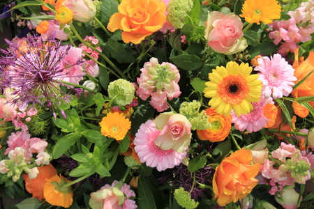 mixed marriage: Mixed flower arrangement: various flowers in different shades of pink and orange for a wedding Stock Photo