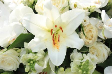 Grandi gigli bianchi in una decorazione floreale di nozze Archivio Fotografico - 82104227