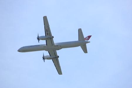 アムステルダム オランダ - 2017 年 7 月 9 日: HB IZD SkyWork 航空会社サーブ 2000 Buitenveldert 滑走路アムステルダム空港から離陸 報道画像