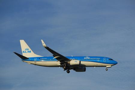 Amsterdam Nederland - 7 juli 2017: PH-HSD Koninklijke Luchtvaart Maatschappij Boeing 737-800 nadert Schiphol Amsterdam Airport Polderbaan startbaan