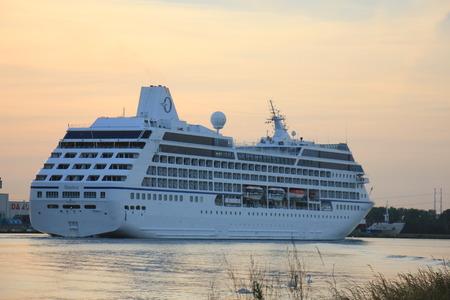 Velsen, Paesi Bassi - 15 giugno 2017: Nautica - Oceania Cruises sul Canale del Mare del Nord verso il terminal delle crociere di Amsterdam Archivio Fotografico - 82783900