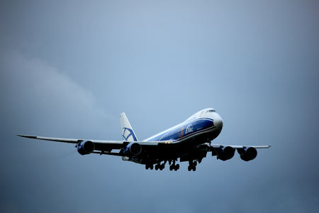 boeing 747: Amsterdam, Paesi Bassi - 20 luglio 2017: VQ-BLQ AirBridgeCargo Boeing 747 si avvicina alla pista di Schiphol Amsterdam Airport Polderbaan
