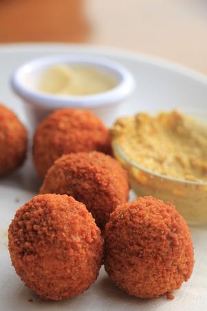 Bitterballen met mosterd, warm gebakken snack, geserveerd in Nederland Stockfoto