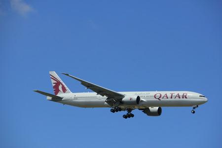 アムステルダム オランダ - 2017 年 7 月 9 日: A7 バックス カタール航空ボーイング 777-300 ・ スキポール ・ アムステルダム空港 Kaagbaan 滑走路 報道画像