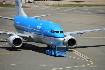 Amsterdam Nederland - 26 mei 2017: PH-BGU KLM Royal Dutch Airlines Boeing 737 weg getrokken van gate op Schiphol International Airport