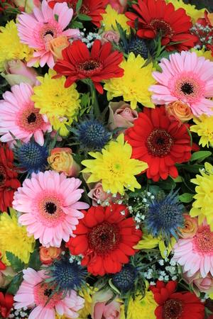 フラワーアレンジメントを混合: 結婚式のための異なる色で様々 な花