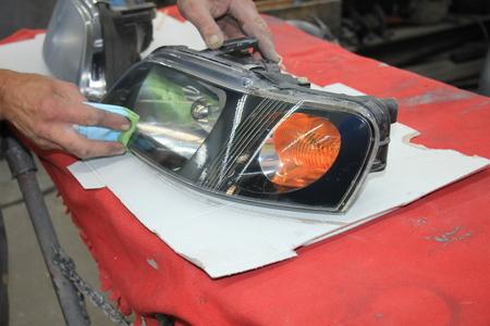 男のクリア塗装で車のヘッドライトを改装