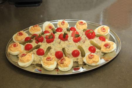 encurtidos: Olivier ensalada de escabeche con encurtidos, tomates y huevos Foto de archivo