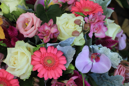 mixed marriage: Mixed flower arrangement: various flowers in different pastel colors for a wedding
