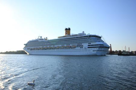 Velsen, Nederland - 11 juni 2015: Costa Fortuna Costa Fortuna is een cruiseschip, eigendom van en wordt geëxploiteerd door Costa Crociere, gebouwd door de scheepswerf Fincantieri Marghera in 2003. Het is 273 m lang.