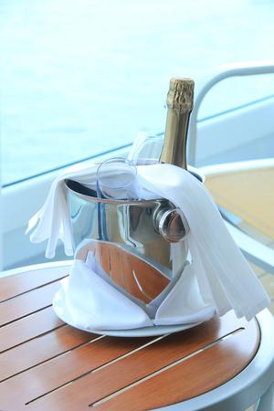 Uma garrafa de champanhe e copos, esperando em um balde para ser servido Foto de archivo - 92989964
