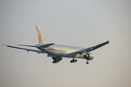 Amsterdam the Netherlands - January 14th 2018: A7-BFK Qatar Airways Cargo Boeing 777F approaching Schiphol Amsterdam Airport Polderbaan runway 新聞圖片
