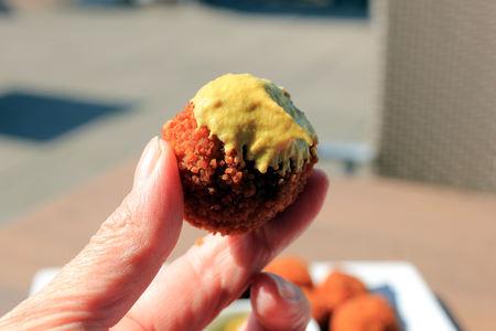 Dutch Bitterballen with mustard, warm stuffed fried meatballs, served in the Netherlands Stockfoto
