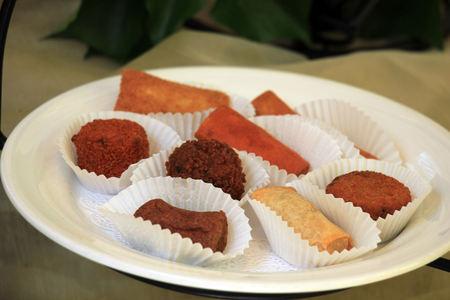 Appetizers at a wedding reception: Warm fried snacks Stockfoto
