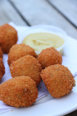 Dutch snack: Bitterballen with mustard. Warm stuffed fried meatballs, often served with alcoholic drinks as bittergarnituur, a Dutch name for snacks Stockfoto