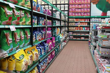 Velserbroek, the Netherlands, october 17th 2018: interior of a big pet shop, cat food department 写真素材 - 128988612