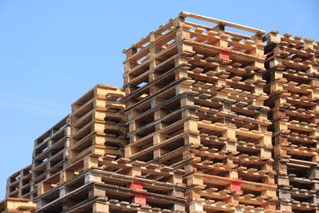 Des tas de palettes en bois à un stockage de palettes