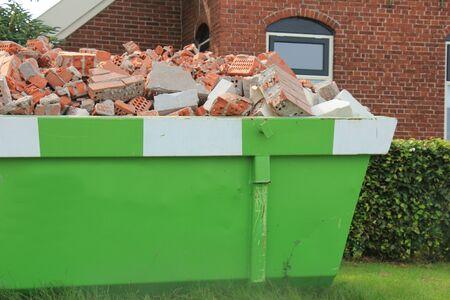 Loaded dumpster near a construction site, home renovation Banque d'images