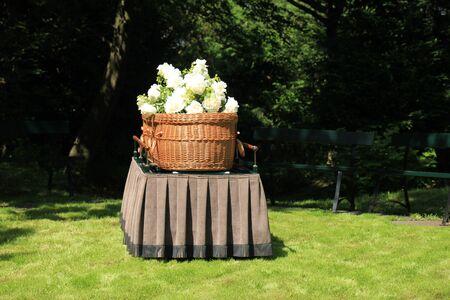 Eine Weidenschatulle - umweltfreundlich und zeitgemäß - auf einem Katafalk während einer Zeremonie im Freien Standard-Bild