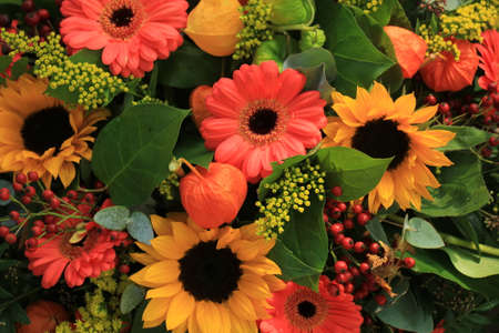 Autumn flower arrangement: various flowers in different colors for a wedding Standard-Bild