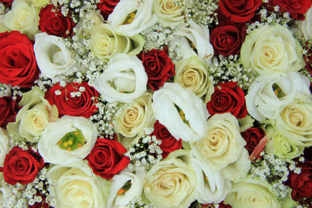 Red and white roses in a floral wedding centerpiece Standard-Bild