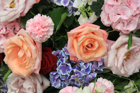 Bridal floral decorations in white and pink, mixed flowers Standard-Bild
