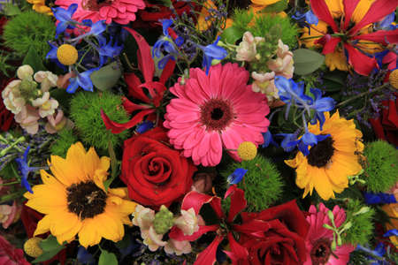 Mixed summer flowers, red roses, pink gerberas and yellow helianthus Standard-Bild