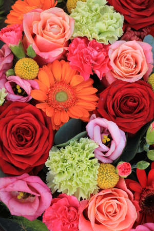 Mixed flower arrangement: various flowers in different shades of red, pink and orange Standard-Bild