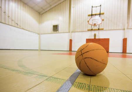 terrain de basket: Basket-ball sur une cour de basket-ball