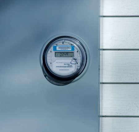 Nieuwe elektrische meter op de muur Stockfoto