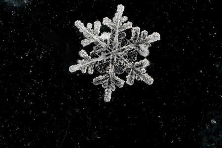 抽象的な背景の自然雪のフレーク