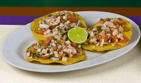 Gesunde mexikanische Mahlzeit, Garnelen tostadas und Gemüse auf Teller