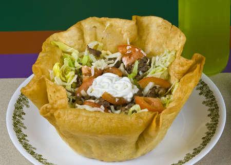 carne asada: Comida mexicana saludable, carne de res a la parrilla y ensalada de verduras en el plato de taco Foto de archivo