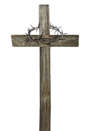 sacrificio: Corona de espinas colgando de una cruz de madera aislado en blanco Foto de archivo