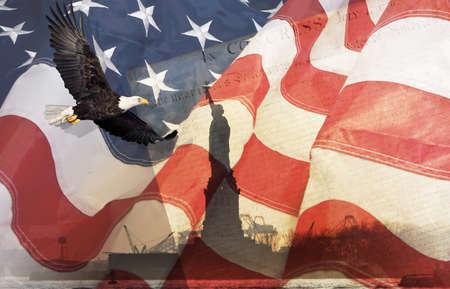 Amerikanische Flagge, Fliegen-Weißkopfseeadler, der Freiheitsstatue und Beschaffenheit montage