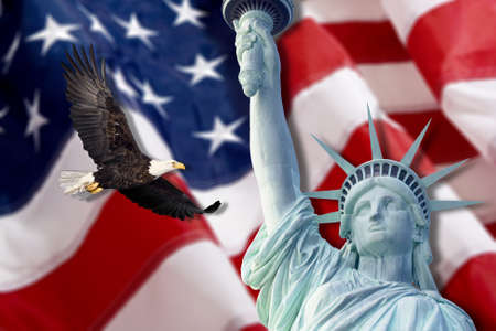 constitucion: Bandera americana, volando águila calva, estatua de la libertad montaje Foto de archivo