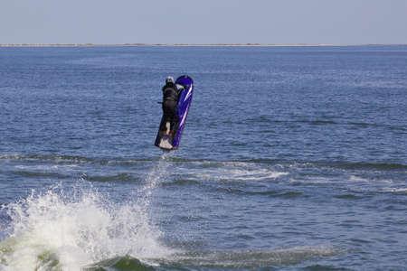 moto acuatica: Hombre en el salto de esquí jet de la onda