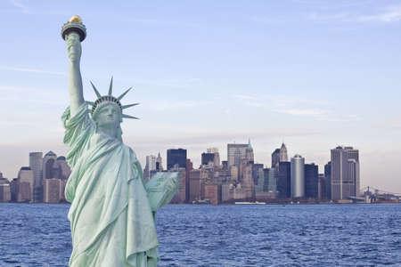 Freiheitsstatue mit New York Skyline im Hintergrund