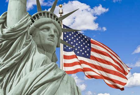 perseverar: Estatua de la libertad con la bandera americana en el fondo Foto de archivo
