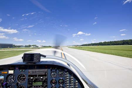 Blick vom kleinen startende Flugzeuge von der Piste