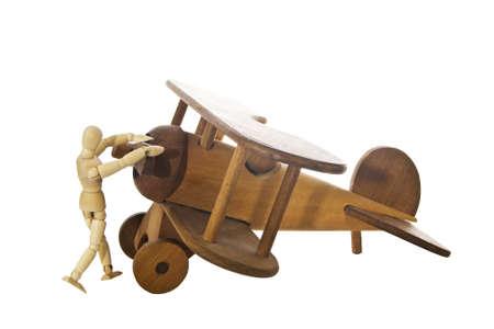 Holz Mann stand mit Holz Flugzeug isoliert auf weiß