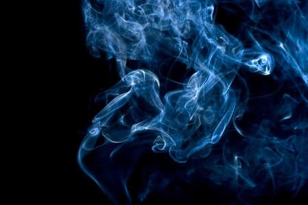 incienso: Humo azul en negro Foto de archivo