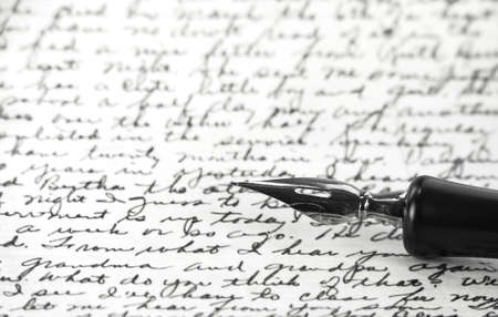 a vintage Stift auf einem handgeschriebenen Papier Standard-Bild