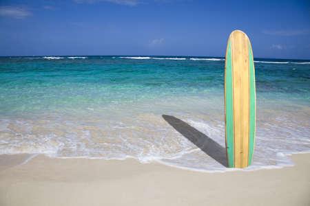 Weinlese-Surfbrett am Strand