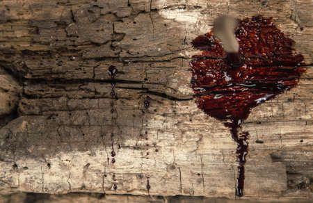 cruz de jesus: clavo oxidado en madera con gotas de sangre