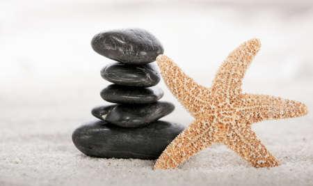 fish star: Piedras apiladas en la arena con estrellas de mar en un ornamental o jard�n zen japon�s Foto de archivo